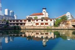 科伦坡,斯里兰卡- 2017年2月11日:在世界Tra老年轻人的佛教assiciation和塔摩天大楼的全景  库存图片