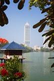 科伦坡,斯里兰卡- 2017年2月11日:Beira湖和事务全景在科伦坡,斯里兰卡耸立摩天大楼 图库摄影