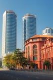 科伦坡,斯里兰卡- 2017年2月11日:Cargills和米勒红色大厦约克街的有世界贸易摩天大楼的  库存图片