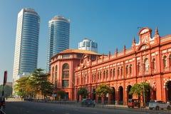 科伦坡,斯里兰卡- 2017年2月11日:Cargills和米勒红色大厦约克街的有世界贸易摩天大楼的  图库摄影