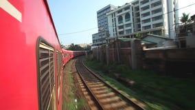 科伦坡,斯里兰卡- 2014年2月:科伦坡市看法从通过火车的 斯里兰卡的铁路运输数百万人 股票视频