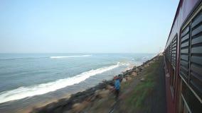 科伦坡,斯里兰卡- 2014年2月:科伦坡海边看法从通过火车的 斯里兰卡的铁路运输数百万peop 股票视频