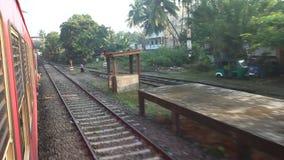 科伦坡,斯里兰卡- 2014年2月:科伦坡郊区看法从通过火车的 斯里兰卡的铁路运输数百万peop 影视素材
