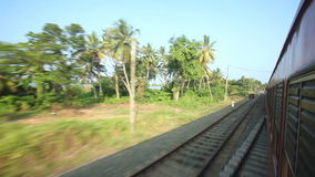 科伦坡,斯里兰卡- 2014年2月:科伦坡郊区看法从通过火车的 斯里兰卡的铁路运输数百万peop 股票视频