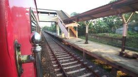 科伦坡,斯里兰卡- 2014年2月:科伦坡从一列通过的火车的火车站看法  斯里兰卡的铁路运输数百万 股票录像