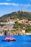 科利乌尔,法国- 2016年7月5日:小船和海滩旅馆在有一台风车的科利乌尔村庄在小山顶部,鲁西永, V 免版税库存图片