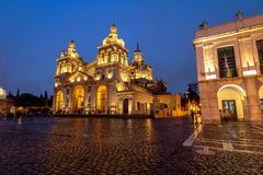 科多巴大教堂在晚上-科多巴,阿根廷 免版税库存照片