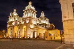 科多巴大教堂在晚上-科多巴,阿根廷 库存图片