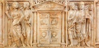 科多巴-大理石古老罗马坟茔石头从与门的年225对冥府在中心在Alcazar de los雷耶斯克里斯蒂亚诺 免版税库存照片