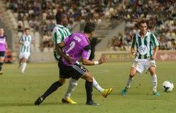 科多巴,西班牙- 8月18 :Ayina行动的约翰W (11)在比赛同盟科多巴(w)期间对Ponferradina (b) (1-0) 库存图片