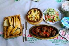 科夫塔盘、沙拉和面包是瓦器在位于东部的一个东方城市  库存图片
