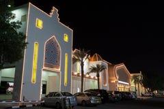 科威特不可思议的购物中心在晚上 库存图片