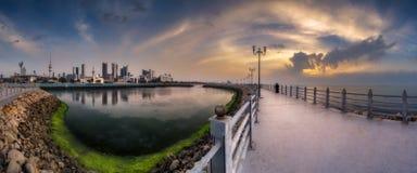 科威特冬天的结尾的日落全景 库存照片