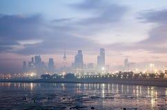 科威特市地平线在黎明 免版税图库摄影