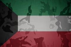 科威特的旗子卡其色的纹理的 装甲攻击机体关闭概念标志绿色m4a1军用步枪s射击了数据条工作室作战u 库存照片