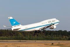 科威特频道的波音747-400 库存照片