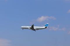 科威特Airwaits接近对机场的波音747 库存照片