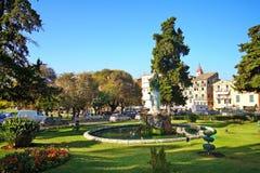 科孚岛、希腊、在Spianada广场和圣乔治建造的圣米歇尔宫殿的2018年10月18日,庭院吸引许多 库存照片