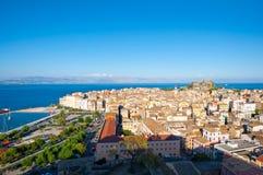 科孚岛市全景如被看见从在科孚岛海岛,希腊上的新的堡垒 库存图片