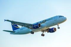 科孚岛机场,希腊- 2011年7月9日:你好AG空中客车A320在 图库摄影