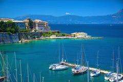 科孚岛海岛,希腊, 2013年6月, 06日:在美丽的经典白色游艇的看法怀有,希腊海港,亚洲艺术, Faliraki博物馆, 免版税库存照片
