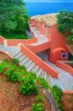 科孚岛海岛,希腊, 2014年6月03日:小瀑布红色黑暗玫瑰白色上色旅馆 希腊人开放石对角台阶楼梯 级联 库存照片