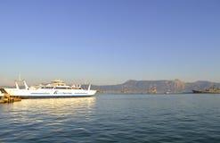 科孚岛港口2方式轮渡 免版税库存照片