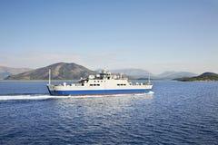 从科孚岛的轮渡向伊古迈尼察 希腊 免版税库存图片