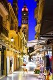 科孚岛老镇(Kerkyra)城市街道在夜之前 免版税库存图片