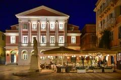 科孚岛老镇(Kerkyra)城市街道在晚上 免版税库存照片