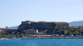 科孚岛镇老堡垒从爱奥尼亚海的在希腊 免版税图库摄影