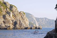 科孚岛,希腊,2018年10月18日,一个海湾的美丽的景色从圣母玛丽亚的修道院的在Paleokastritsa 库存图片
