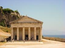 科孚岛,希腊- 2013年6月09日:旅游参观的圣乔治` s教会位于在老威尼斯式堡垒里面Kerkyra镇 免版税库存照片