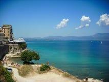 科孚岛,希腊- 2013年6月09日:游人获得乐趣在海滩在科孚 免版税图库摄影