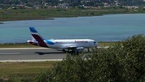 科孚岛,希腊- 2018年4月8日:Eurowings航空公司现代乘客飞机离开从科孚岛海岛,希腊机场的  股票录像