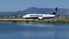 科孚岛,希腊- 2018年4月8日:瑞安航空公司航空公司现代乘客飞机在跑道的前面在科孚岛海岛机场离开, 股票视频