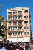 科孚岛,希腊- 2016年4月30日:与红色横幅的大厦在预期复活的阳台 库存图片