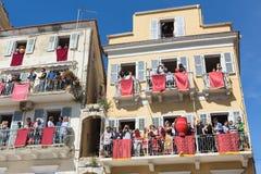 科孚岛,希腊- 2016年4月30日:Corfians投掷从窗口的泥罐和阳台庆祝复活的圣周六 免版税图库摄影