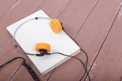 科学和教育-在木桌上的Audiobook特写镜头 库存照片