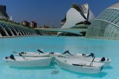 科学和艺术巴伦西亚市:与它的反射的未来派大厦在水和小船01 库存图片