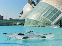 科学和艺术巴伦西亚市:与它的反射的未来派大厦在水和透明小船01 免版税图库摄影