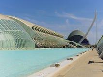 科学和艺术巴伦西亚市:与它的反射的未来派大厦在水06中 库存照片