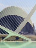 科学和艺术巴伦西亚市:与它的反射的未来派大厦在水03中 免版税库存照片