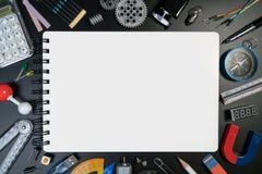 科学学校有科学实验室的辅助部件书桌和文本的白纸顶视图在黑背景 免版税库存照片