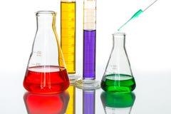 科学实验室玻璃器皿吸移管下落,反射性白色后面 免版税库存照片