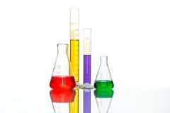 科学实验室玻璃器皿,反射性白色桌 图库摄影