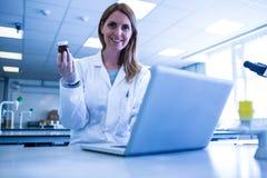 科学家与一台膝上型计算机一起使用在实验室 免版税库存图片