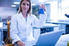 科学家与一台膝上型计算机一起使用在实验室 免版税图库摄影