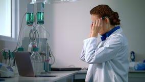 科学家与现代实验室设备一起使用在实验室 研究员在实验室 影视素材