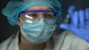 科学家与透明液体、医疗保健和接种的藏品一次用量的针剂 股票录像